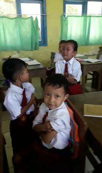 Viral, Video Guru Jadi Korban 'Tendangan Maut' Siswi Takut Disuntik.