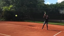 Setelah mengejutkan banyak orang dengan kemenangannya di Australia Open, atlet tenis Serena Williams masih aktif latihan hingga usia kehamilannya saat ini.