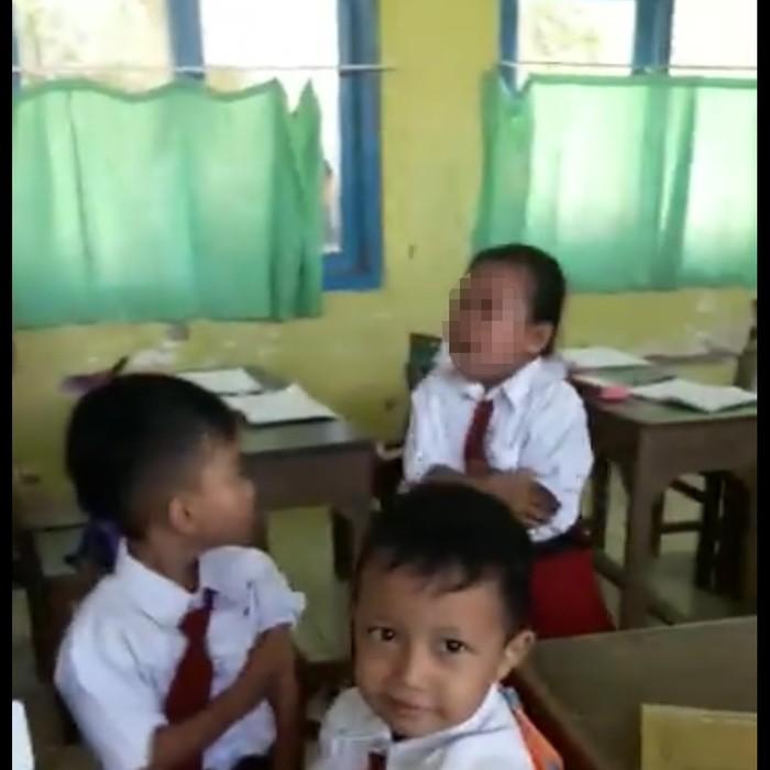 Sebuah video yang diunggah oleh akun Facebook Atika Durrotin menunjukkan seorang siswi Sekolah Dasar (SD) menangis menolak mendapat vaksin rubella. (Foto: Facebook/Atika Durrotin)