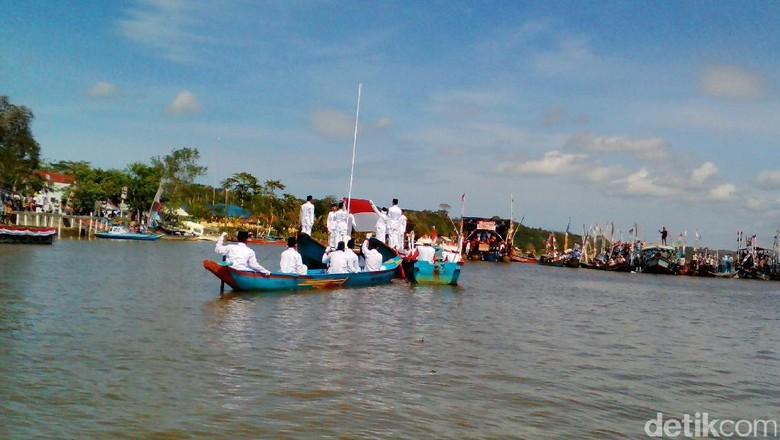 Warga Kampung Laut Cilacap Gelar Upacara di Tengah Laguna
