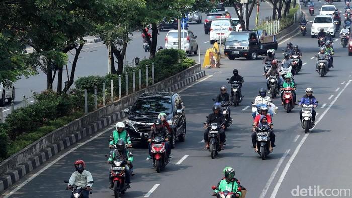 Wacana Pelarangan Motor Melintasi Jalan Margonda  Kendaraan bermotor melintasi jalan Margonda Raya, Depok, Jawa Barat, Kamis (17/08/2017). Badan Pengelola Transportasi Jabodetabek atau BPTJ  mengeluarkan rekomendasi perluasan pelarangan motor di sejumlah jalan di Jakarta dan kota-kota di sekitarnya, salah satunya di Jalan Margonda, Depok. Grandyos Zafna/detikcom