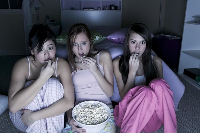 Seringkali orang-orang menonton televisi sebelum pergi tidur. Ternyata hal itu tidak baik dilakukan, karena cahaya biru yang dipancarkan oleh televisi dapat mempengaruhi jumlah tidur yang mengatur hormon melatonin yang diproduksi oleh tubuh dan membuat tidak mengantuk. (Foto: Thinkstoock)