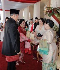 Megawati dan Ani Yudhoyono bersalaman.