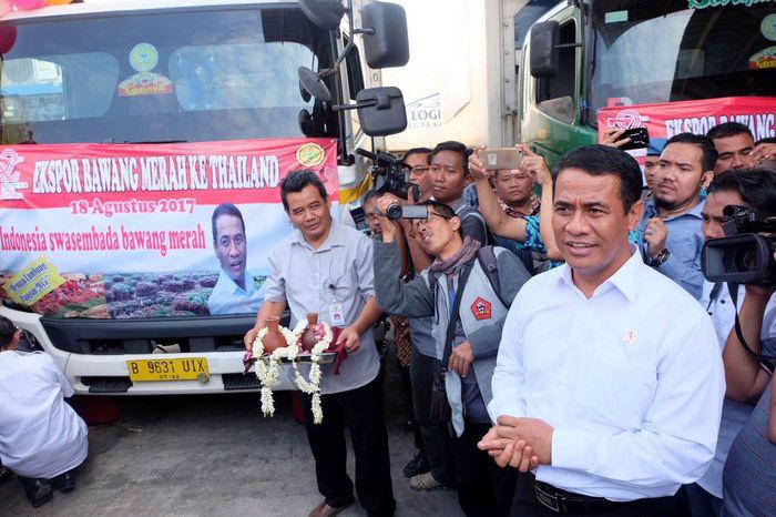 Menteri Pertanian (Mentan) Andi Amran Sulaiman melepas 12 kontainer bawang merah untuk diekspor ke Thailand. Pelepasan dilakukan di Brebes, Jawa Tengah, Kamis (17/8/2017). (Kementan).