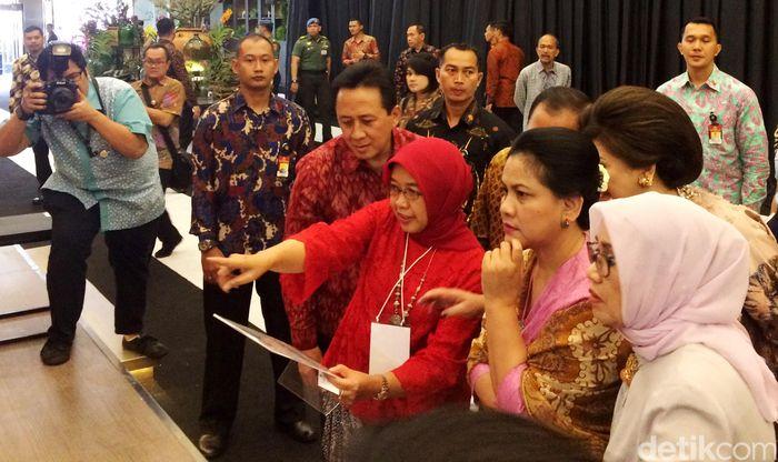 Iriana Joko Widodo, Mufidah Jusuf Kalla, dan Nies Martowardojo meninjau sejumlah gerai pameran.
