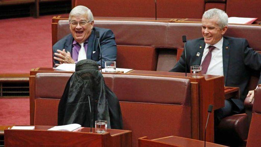 Pauline Hanson Dikecam karena Mengenakan Burka di Parlemen