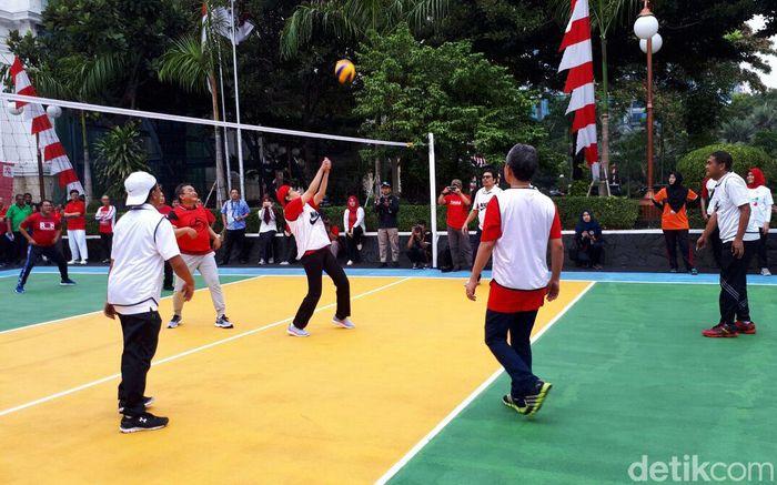 Menteri Keuangan Sri Mulyani bertanding voli melawan mitra yang terdiri dari Bank Indonesia, OJK, dan Kementerian Koordinator Perekonomian di Lapangan Banteng, Jakarta Pusat, Jumat (18/8/2017).