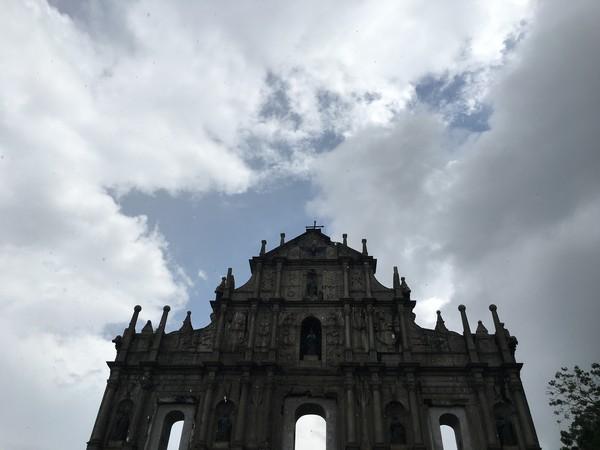 Sisi dinding bagian depan yang tersisa dilestarikan dan dijadikan tempat wisata sejarah. Gereja ini telah mengalami beberapa kebakaran, yaitu di tahun 1595, 1601, dan 1835. Uniknya, bagian depannya selalu utuh dan tak ikut runtuh (Foto: Aji/detikTravel)