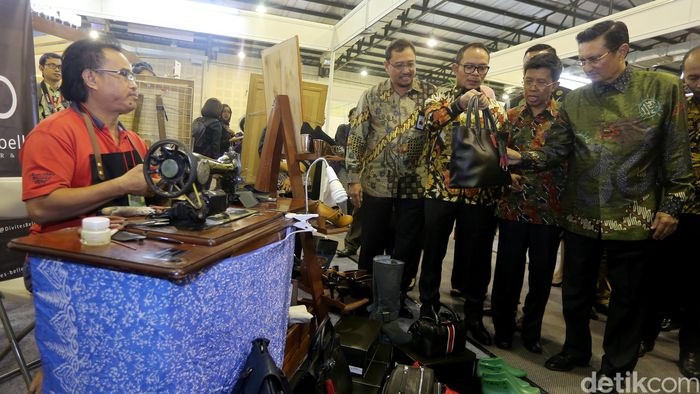 Menteri Ketenagakerjaan, Hanif Dhakiri didampingi Direktur Keuangan PT Bhanda Ghara Reksa (BGR) Mohammad Affan (kiri) dan anggota DPR RI Fraksi Golkar Fadel Muhammad (kanan) mengunjungi UMKM binaan BGR yang menyediakan jasa pembuatan sepatu dan tas kulit dalam ajang Indonesia CSR Exhibition di Balai Kartini, Jakarta, Jumat (18/8/2017).