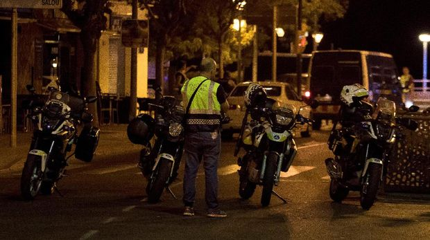 Polisi berjaga di lokasi teror di Cambrils, usai lima pelaku tewas ditembak