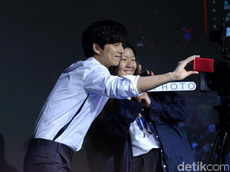 Foto: Gong Yoo dan fans (Hanif Hawari/detikHOT)