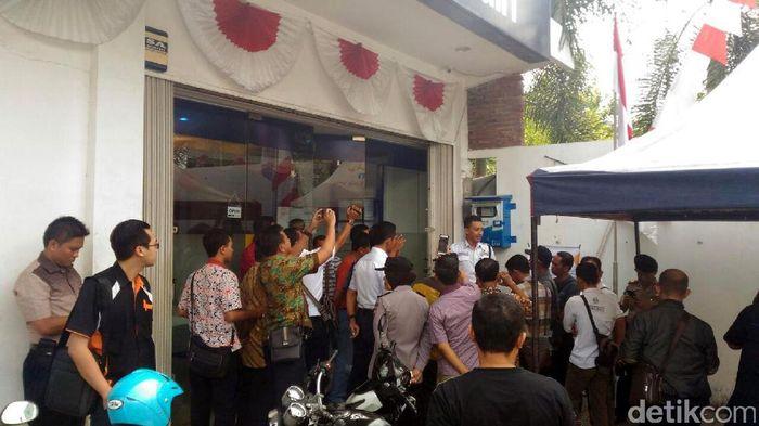 Korban UN Swissindo mendatangi Bank Mandiri KCP Pati. Foto: Arif Syaefudin/detikcom