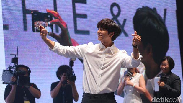 Sapa Penggemar, Gong Yoo Keluarkan 'Jurus' Andalan di Peluncuran Zenfone 4