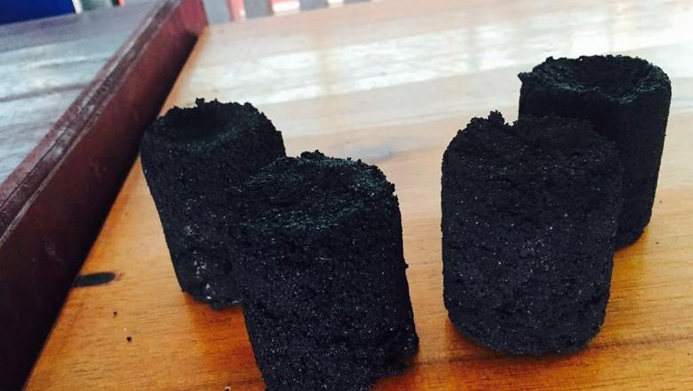 Mahasiswa KKN Kebangsaan Ubah Limbah Tempurung Kelapa Jadi Briket
