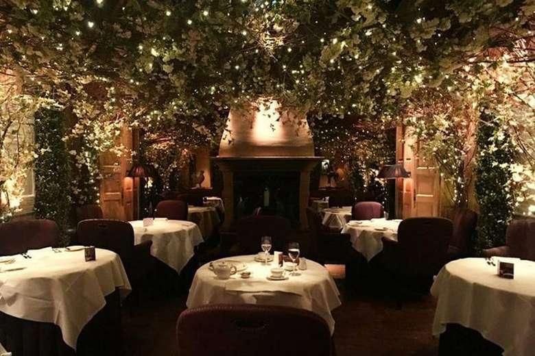 Clos Maggiore terletak di kota London, restoran ini mengajak Anda masuk ke dalam negeri dongeng dengan riasan daun-daun berbentuk bintang yang indah sebagai dekorasi restoran. Terasa seperti duduk di bawah taburan bintang. (Foto: Istimewa)