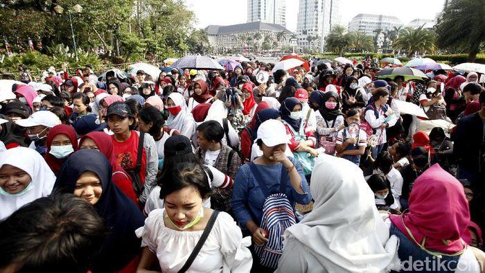 Penonton memenuhi Monas dalam countdown Asian Games 2018. (Hasan Alhabshy/detikSport)