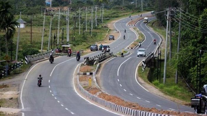 Presiden Joko Widodo (Jokowi) membangun jalan Trans Papua. Salah satunya ruas Sorong-Manokwari di Papua Barat sepanjang 594,81 km (Segmen I)