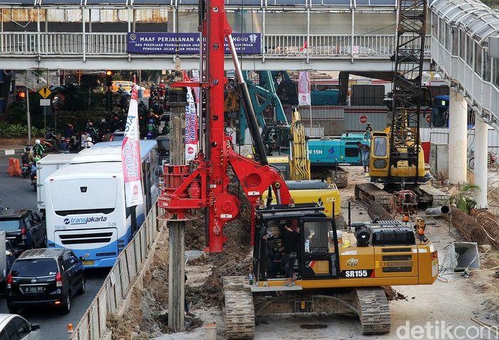Alat berat terus mengerjakan pembangunan underpass Mampang-Kuningan.