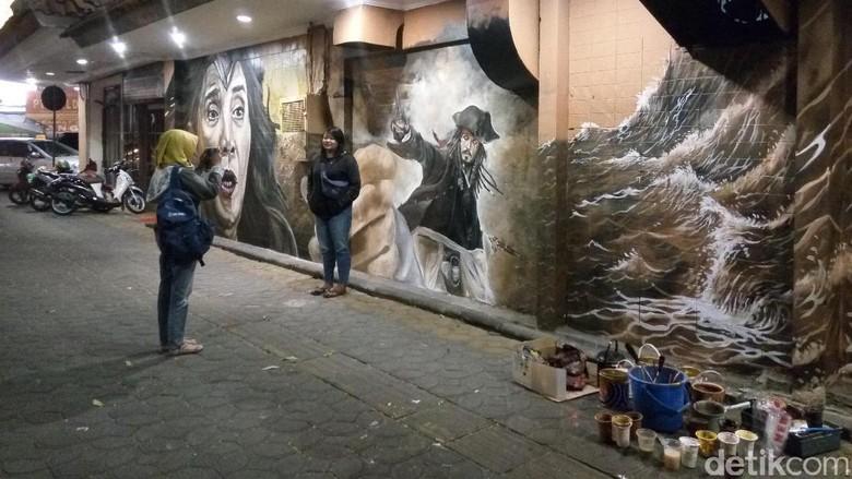 Menyaksikan Duel Menteri Susi vs Bajak Laut di Tembok Kota Solo