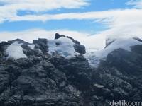 Terakhir, Pegunungan Tengah di Papua memiliki 3 puncak yang terselimuti es abadi yakni Puncak Jaya, Puncak Sumantri dan Puncak carstensz Timur. Rata-rata ketinggiannya 4.600 mdpl. Paling tinggi di sana dan salah satu Seven Summit (7 puncak tertinggi di 7 benua) dunia adalah Puncak Carstensz setinggi 4.884 mdpl yang sering hujan salju (Afif Farhan/detikTravel)
