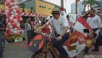 Begini Gaya Yasonna Hias Sepeda dari Jokowi