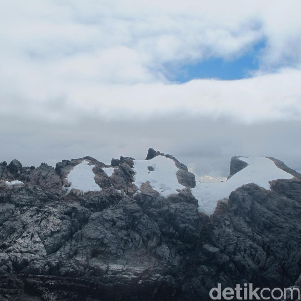 Cerita Pendaki yang Pernah Berdiri di Es Abadi Indonesia