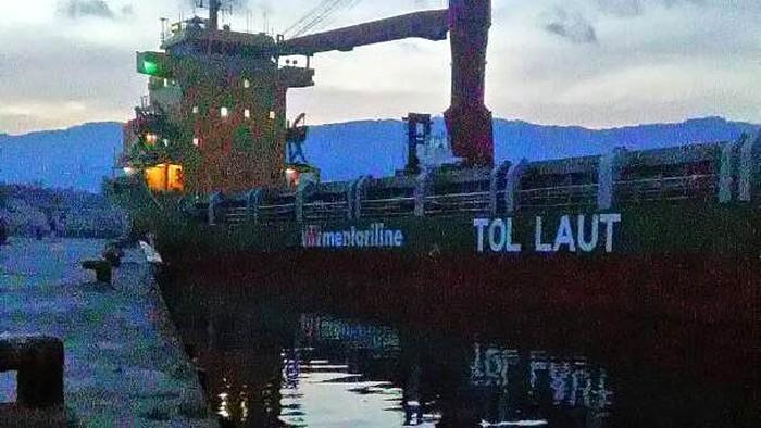 Program Tol Laut digulirkan Presiden Joko Widodo (Jokowi) untuk memangkas disparitas harga antara wilayah Barat dan Timur Indonesia, sekaligus mempercepat pembangunan di kawasan timur Indonesia dan pulau-pulau terluar. Program yang berlangsung sejak 2015 ini sukses menekan harga barang di beberapa daerah hingga 40%.