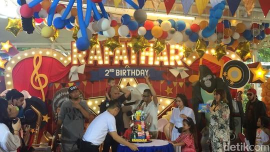 Begini Momen Tiup Lilin di Perayaan HUT Rafathar Malik Ahmad