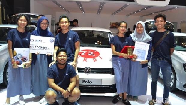 Pemenang Juara 3 dari PoloIsMe Stickering Contest dari Avicenna School berfoto di depan hasil karya mereka.