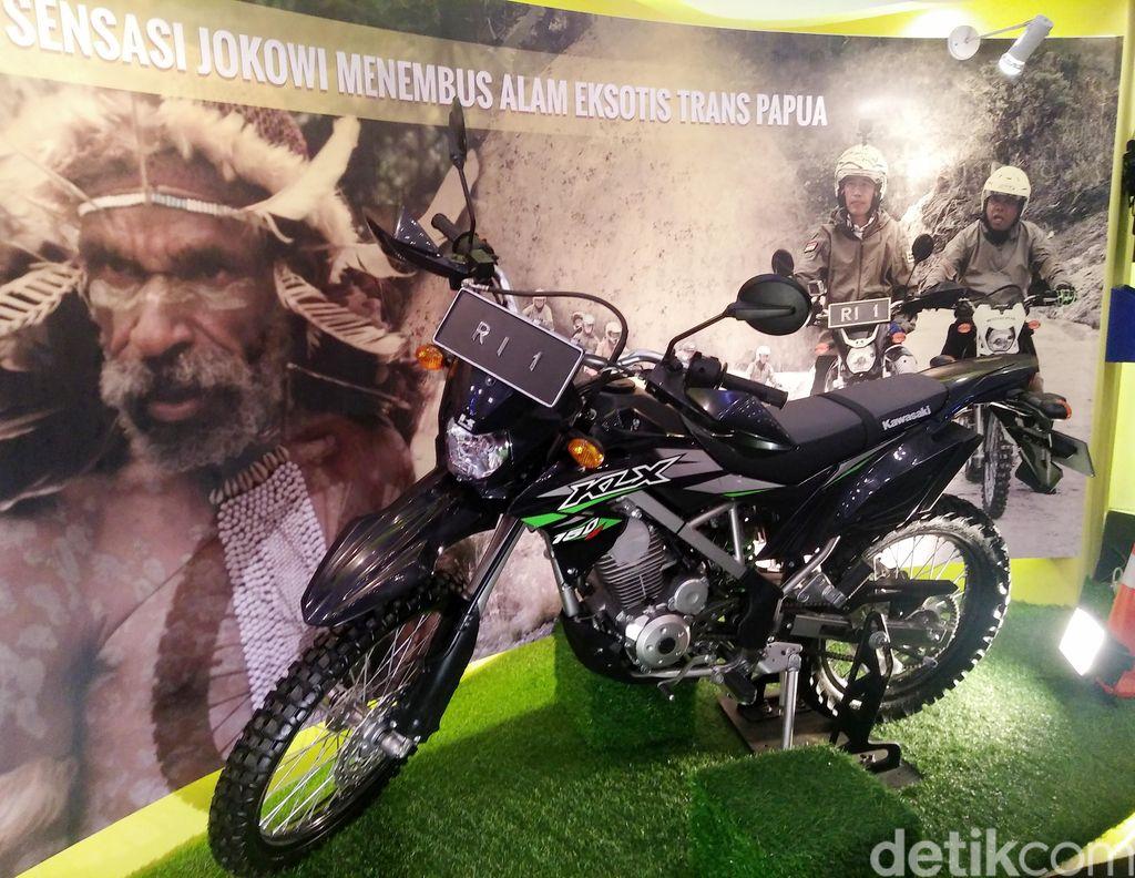 Sempat digunakan Presiden Jokowi untuk memantau pembangunan Trans Papua, dan sempat menjadi viral, Kawasaki KLX 150BF SE mejeng di GIIAS 2017.