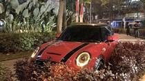 Mini Cooper Tabrak Pembatas Jalan di SCBD, Polisi Turun Tangan