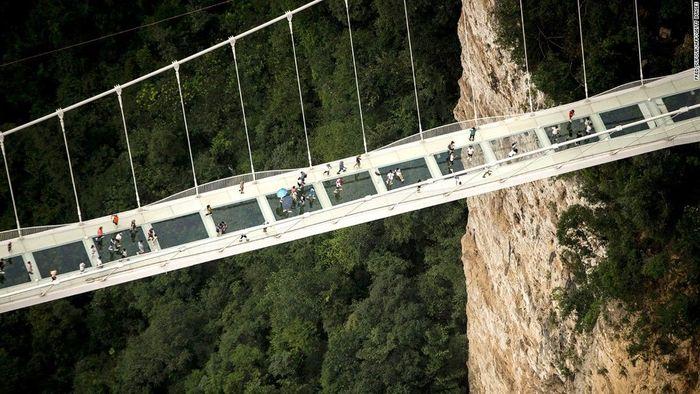 Begini penampakan Jembatan Zhangjiajie Grand Canyon Glass Bride di China. Dok. CNN.