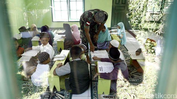 Cerita Anggota TNI yang Mengajar Ngaji di Pos Perbatasan