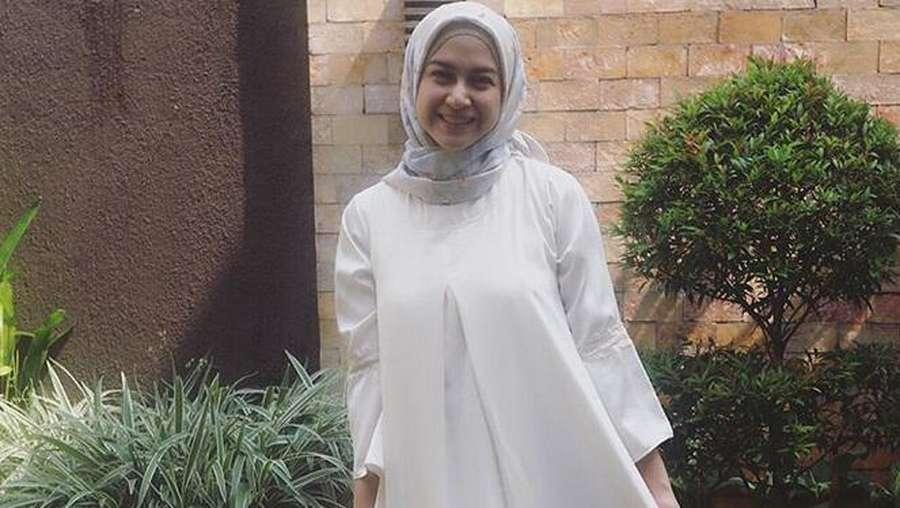 Berhijab, Nina Zatulini Makin Cantik?