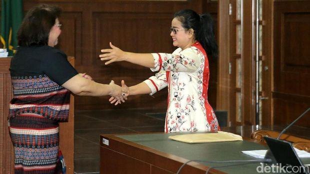 Elza dan Miryam bertemu di sidang.