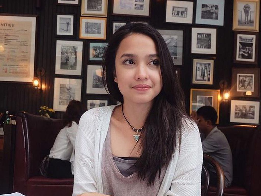Anjani Dina Melamun Saja Dipuji Cantik