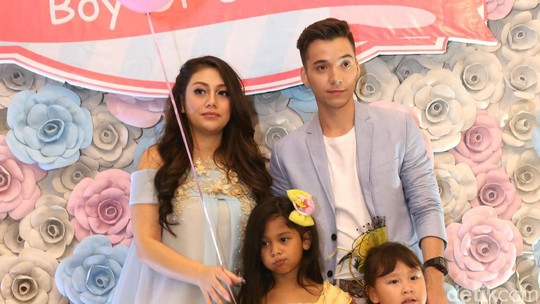 Mesranya Celine Evangelista dan Stefan William di Acara Baby Shower