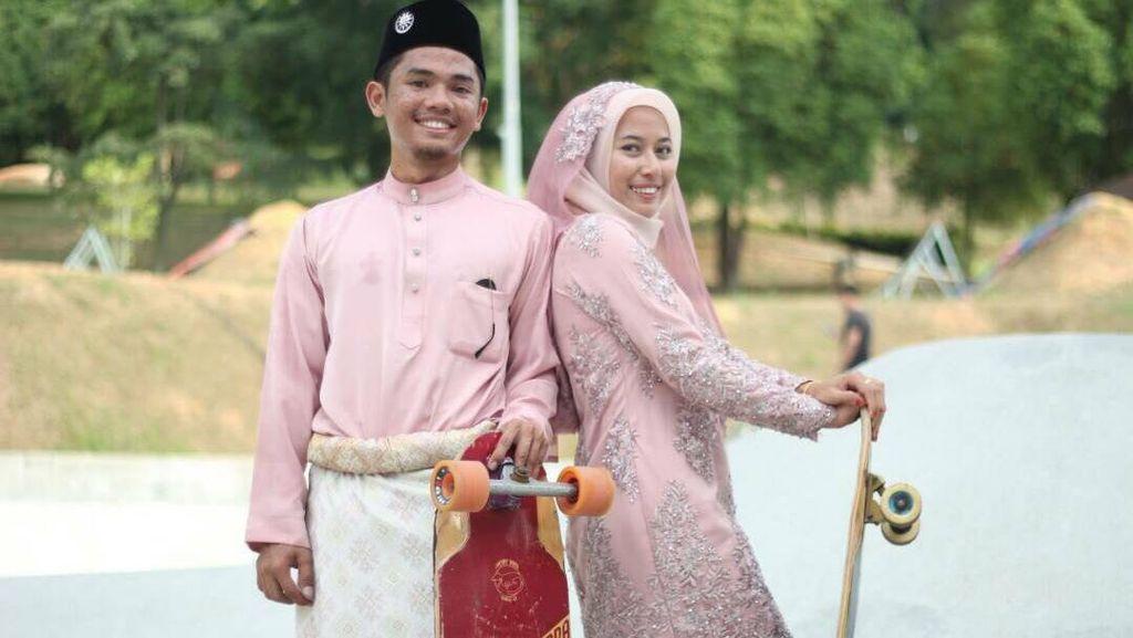 Foto Pernikahan Unik Pasangan Muslim Main Longboard di Arena Skatepark