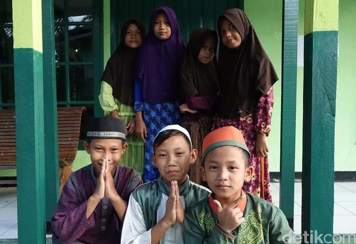Sebagian murid di musala Pos Satgas Pamtas di Entikong (Foto: Rachmatunnisa/detikcom)