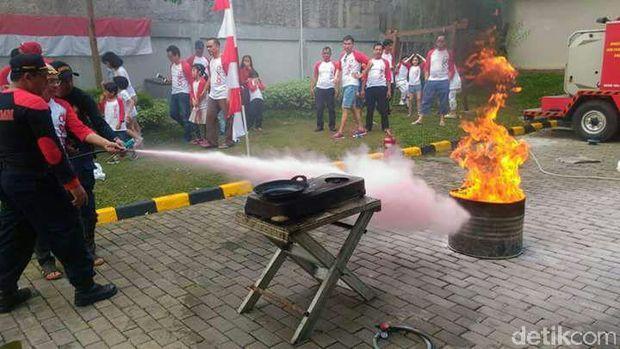 Pemadaman menggunakan alat pemadam api ringan (APAR) adalah cara yang teraman