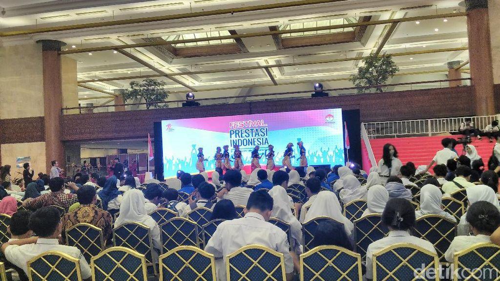 Nano Riantiarno hingga Nyoman Nuarta Raih Penghargaan 72 Ikon Prestasi