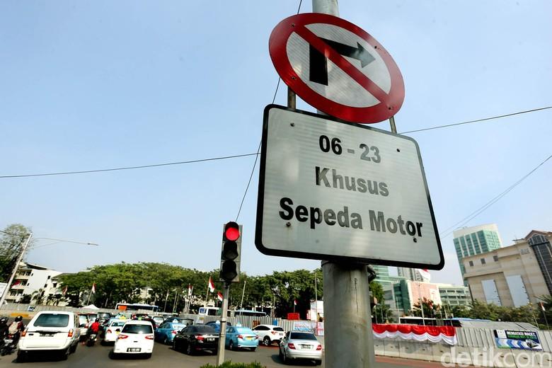 Rambu Pelarangan Motor di Jalan Jenderal Sudirman (Foto: Rengga Sencaya)