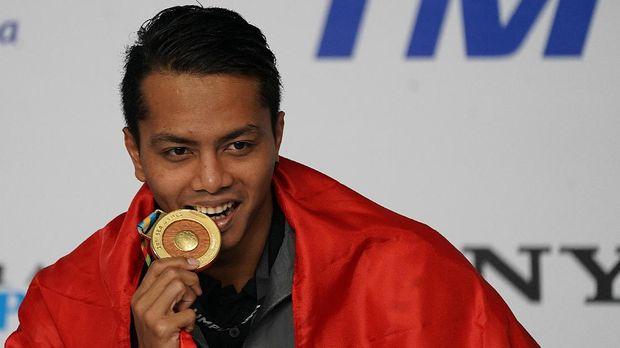 Siman Sudartawa untuk kali keempat dipercaya menjadi pembawa bendera Indonesia di upacara pembukaan ajang multi-cabang.