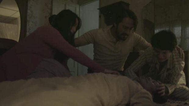 Rini dan keluarganya menemukan sang ibu jatuh lalu meninggal dunia.
