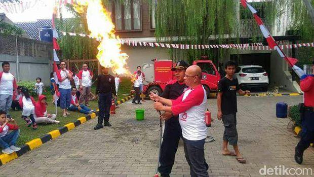 Api yang menyala dari selang tak akan membuat tabung gas meledak. Segera cabut regulator saat api menyala atau sudah tercium bau gas bocor