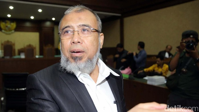 Eks hakim konstitusi Patrialis Akbar membacakan pleidoi di PN Tipikor Jakarta. Patrialis Akbar menyebut tuntutan jaksa 12,5 tahun terhadap dirinya penuh asumsi dan berlebihan.