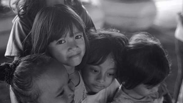 Respect! Ariel Tatum Jadi Pengajar Anak-anak Kolong Jembatan