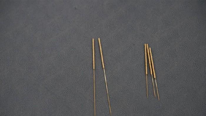 Jarum akupuntur sengaja dimasukkan ke dalam penis lewat saluran kencing. (Foto ilustrasi: Aly Song/Reuters)