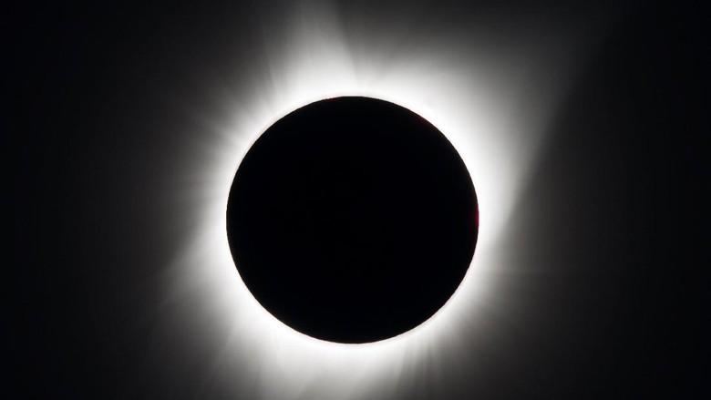 Bikin Takjub! Ini Penampakan Gerhana Matahari dari Luar Angkasa