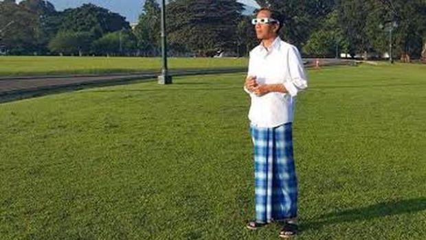 Jokowi saat menyaksikan gerhana matahari
